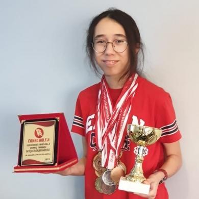 Erkan Koleji 8.sınıf öğrencimiz İlayda BOĞA aldığı birçok derecenin yanında Yıldızlar İl Birinciliği Satranç Turnuvasında şampiyon olarak bizleri birkez daha gururlandırmıştır.